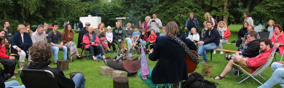 kampvuurmuzikanten met publiek op een Natuurkampeerterrein