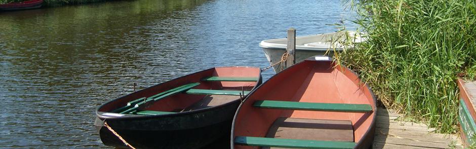 Twee roeibootjes op een riviertje.