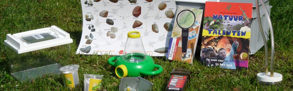 Verschillende onderdelen van een ontdekkist; een kist voor kinderen met een insectenloep, zoekkaarten, etc. om in de natuur op onderzoek uit te gaan.