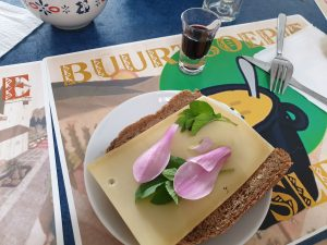 boterham met kaas, zevenblad en magnolia