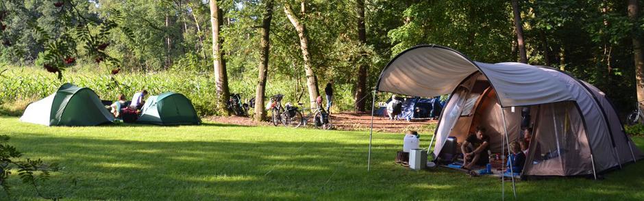 tenten op een campingveld