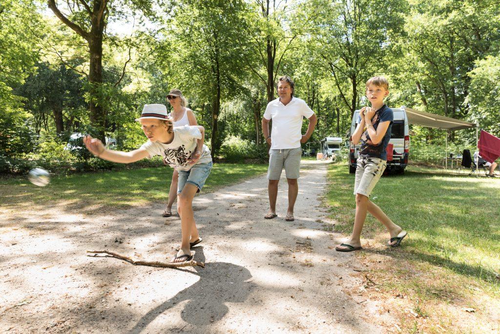 familie speelt jeu de boules op de camping
